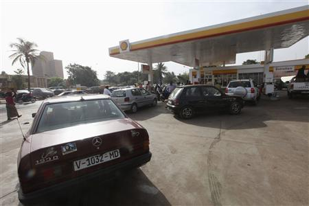Malians queue to stock up on petrol at a garage in the capital Bamako April 3, 2012. REUTERS/Luc Gnago
