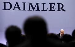<p>Dieter Zetsche, président du directoire de Daimler. Le constructeur automobile allemand vise pour 2012 un bénéfice d'exploitation du même ordre que les neuf milliards d'euros de 2011, ainsi qu'une hausse des ventes et du chiffre d'affaires. /Photo prise le 9 février 2012/REUTERS/Kai Pfaffenbach</p>