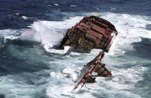 Stranded ship sinks