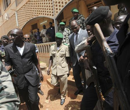 Mali's junta leader Captain Amadou Sanogo (C) arrives with Burkina Faso's foreign affairs minister Djibril Bassole to attend a news conference in Kati, outside Mali's capital Bamako, April 1, 2012. REUTERS /Luc Gnago (MALI - Tags: POLITICS MILITARY CIVIL UNREST)