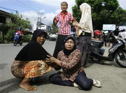 Women cry on a street in Banda Aceh after a strong earthquake struck off Indonesia April 11, 2012. REUTERS/Junaidi Hanafiah