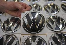 <p>Volkswagen, qui contrôle aussi bien la marque haut de gamme Audi que le fabricant tchèque grand public Skoda, a vu ses ventes croître de 9,6% au premier trimestre, à 2,16 millions de véhicules. /Photo prise le 7 mars 2012/REUTERS/Fabian Bimmer</p>