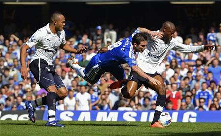 Chelsea's Frank Lampard (C) challenges Tottenham Hotspur's Younes Kaboul (L) and William Gallas during their English Premier League soccer match at Stamford Bridge in London March 24, 2012. REUTERS/Dylan Martinez
