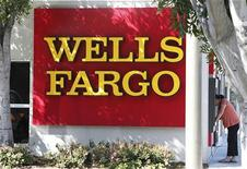 <p>Succursale de Wells Fargo à Los Angeles. Le bénéfice de la banque a augmenté au premier trimestre, à la faveur de résultats solides dans le crédit immobilier et d'une diminution des provisions pour créances douteuses et irrécouvrables. La quatrième banque américaine a fait état d'un bénéfice net de 4,25 milliards de dollars. /Photo prise le 8 mars 2012/REUTERS/Fred Prouser</p>