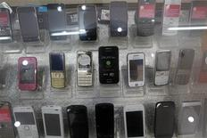 <p>La Commission européenne a ouvert une enquête sur le projet de l'autorité française de régulation des télécoms d'instaurer des coûts de terminaison d'appel avantageux pour trois nouveaux venus sur le marché hexagonal du mobile dont Free Mobile. /Photo prise le 13 avril 2012/REUTERS/Kham</p>