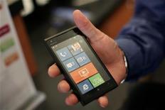<p>Nokia indique avoir résolu le bug affectant le système d'exploitation de son nouveau smartphone, le Lumia 900, lancé dimanche dernier aux Etats-Unis. /Photo prise le 11 avril 2012/REUTERS/Robert Galbraith</p>
