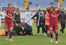 <p>Futbolistas del Livorno de la Serie B del fútbol italiano reaccionan el sábado mientras los médicos tratan de ayudar a Piermario Morosini, quien murió después de desplomarse en la cancha a causa de un ataque cardíaco durante un partido de la segunda división en Pescara. Abr 14, 2012. REUTERS/Fabio Urbini</p>
