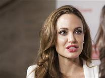 <p>La estrella de cine estadounidense Angelina Jolie durante un evento en Nueva York, mar 8 2012. La estrella de cine estadounidense Angelina Jolie usará su taquillera imagen para generar conciencia acerca de algunos de los peores desastres humanitarios del mundo, dijo el martes la agencia de la ONU para los refugiados. REUTERS/Andrew Kelly</p>
