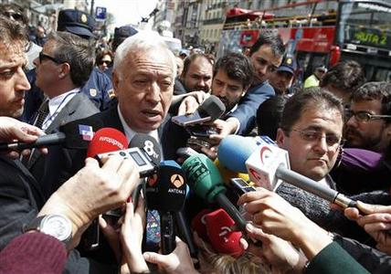 Spain's Foreign Minister Jose Manuel Garcia Margallo is surrounded by reporters after meeting with Argentina's ambassador to Spain Carlos Bettini, in Madrid April 17, 2012. REUTERS/Andrea Comas