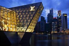 <p>Magasin Louis Vuitton à Singapour. Le numéro un mondial du luxe LVMH a réalisé au premier trimestre un chiffre d'affaires en hausse de 25%, à 6,6 milliards d'euros. /Photo prise le 8 avril 2012/REUTERS/Tim Chong</p>