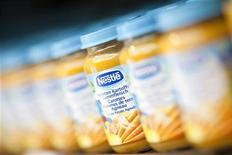 <p>Nestlé va racheter les activités de nutrition infantile de Pfizer Inc pour 11,85 milliards de dollars en espèces. /Photo d'archives/REUTERS/Valentin Flauraud</p>