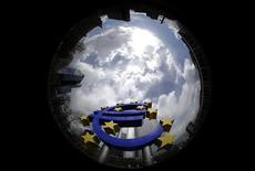 <p>La contraction de l'activité du secteur privé dans la zone euro s'est accentuée plus encore qu'attendu en avril, ce qui pourrait compromettre la sortie prochaine de la région de la récession. /Photo d'archives/REUTERS/Kai Pfaffenbach</p>