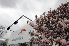 <p>Vers 12h30, ArcelorMittal essuie la plus forte baisse du CAC, avec une perte de 5,22% à 12,260 euros. UBS a abaissé son objectif de cours de 21,5 à 17 euros, tout en restant à l'achat. /Photo d'archives/REUTERS/Sébastien Pirlet</p>