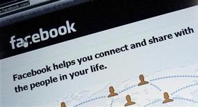 <p>Le site de réseau social Facebook a annoncé lundi une baisse séquentielle de son chiffre d'affaires au premier trimestre, enregistrant sa plus mauvaise performance depuis au moins 2010. /Photo d'archives/REUTERS/Michael Dalder</p>