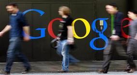 <p>Google s'apprête à lancer un service de cloud computing destiné aux particuliers, leur permettant de stocker leurs photos et autres contenus sur des serveurs externes et d'y accéder via internet, selon une source proche du dossier. /Photo d'archives/REUTERS/Arnd Wiegmann</p>