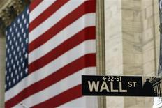 <p>La Bourse de New York a ouvert en légère hausse mardi, les préoccupations liées à la crise de la dette dans la zone euro atténuant l'impact favorable de résultats de sociétés jugés solides et d'indicateurs économiques américains encourageants. Dans les premiers échanges, le Dow Jones gagnait 0,3%, le Standard & Poor's prenait 0,22% et le composite du Nasdaq s'adjugeait 0,05%. /Photo d'archives/REUTERS/Lucas Jackson</p>