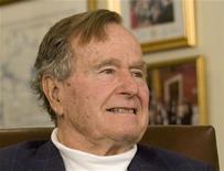 <p>El ex presidente de Estados Unidos George H.W. Bush durante una reunión con el precandidato presidencial republicano Mitt Romney en Houston, mar 29 2012. El ex presidente de Estados Unidos George H.W. Bush, quien nunca ha escrito una autobiografía, contó la historia de su vida para un documental de HBO que será transmitido por televisión en junio. REUTERS/Donna Carson</p>