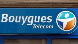<p>Bouygues Telecom, filiale du groupe Bouygues, rachète Darty Télécom, devenant ainsi le premier acteur du secteur à enclencher le mouvement de consolidation attendu après l'arrivée de Free Mobile sur le marché des télécoms. /Photo prise le 16 mars 2012/REUTERS/Charles Platiau</p>