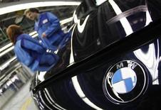 <p>BMW, numéro un mondial de l'automobile haut de gamme, a dégagé de janvier à mars un bénéfice record pour un premier trimestre, la vigueur de son marché chinois ayant largement compensé la faiblesse de ses performances en Europe. /Photo prise le 6 mars 2012/REUTERS/Michaela Rehle</p>