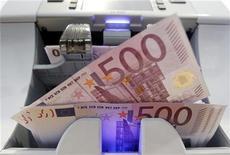 <p>La France a adjugé jeudi 7,43 milliards d'euros de dette à long terme à de meilleures conditions que lors des adjudications précédentes, à trois jours du second tour de l'élection présidentielle. L'Agence France Trésor (AFT) a ainsi émis un montant correspondant au haut de la fourchette annoncée (6,5-7,5 milliards d'euros). /Photo d'archives/REUTERS/Pascal Lauener</p>