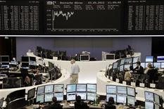 <p>Salle des marchés de la Bourse de Francfort. Les Bourses européennes réduisent nettement leurs gains jeudi en début d'après-midi pendant la conférence de presse de Mario Draghi, le président de la Banque centrale européenne. Vers 15h00, le CAC 40, qui gagnait 1,2% au début de la conférence de presse, ne progressait plus que de 0,58%, tandis que celle de Francfort gagnait 0,34%. /Photo prise le 3 mai 2012/REUTERS/Remote/Kirill Iordansky</p>
