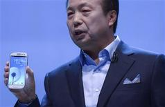 <p>JK Shin, président de la divisio nmobile de Samsung. Le fabricant sud-coréen a présenté jeudi un nouveau modèle dans sa gamme de smartphone Galaxy concurrente de l'iPhone, équipé d'un écran tactile plus grand et d'un processeur plus puissant. /Photo prise le 3 mai 2012/REUTERS/Ki Price</p>