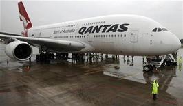 <p>La livraison de deux très gros porteurs Airbus A380 à la compagnie aérienne australienne Qantas sera repoussée, cette dernière souhaitant réduire ses investissements. /Photo prise le 21 avril 2012/REUTERS/Tim Chong</p>