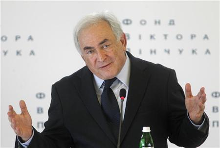 Former International Monetary Fund (IMF) head Dominique Strauss-Kahn gives a lecture on the future of the world economy to students, businessmen and politicians at the Diplomatic Academy in Kiev April 4, 2012. REUTERS/Gleb Garanich