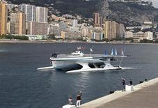 <p>Salué par les sirènes et les trompes des bateaux du port de Monaco, le Planet Solar a conclu vendredi à Monaco un tour du monde de 60.000 km à la seule énergie solaire. Long de 31 m, large de 15 et bardé de 536 m2 de panneaux solaires, ce prototype de catamaran a mis dix-huit mois pour effectuer son périple par la route de l'Equateur. /Photo prise le 4 mai 2012/REUTERS/Eric Gaillard</p>