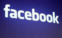<p>Facebook a l'intention de s'introduire en Bourse à un prix autour de 31,50 dollars par action, a-t-on appris de source proche du dossier. /Photo d'archives/REUTERS/Robert Galbraith</p>