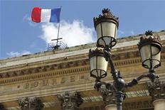 <p>Les Bourses européennes poursuivent leur décrue lundi dans les premiers échanges alors que la Grèce s'enfonce davantage dans la crise. A 9h05, Paris perd 1,63%, Londres 1,2%, Francfort 1,17%, Milan 1,58%, Madrid 2,0%. L'indice EuroStoxx 50 des grandes valeurs de la zone euro recule de 1,5%. /Photo d'archives/REUTERS/Charles Platiau</p>