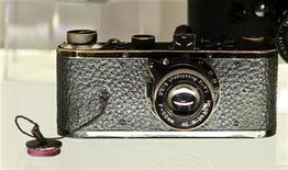<p>Un appareil photo de la marque allemande Leica, fabriqué en 1923, a atteint samedi le prix record de 2,16 millions d'euros lors d'une vente aux enchères organisée par la galerie Westlicht à Vienne. /Photo prise le 11 mai 2012/REUTERS/Leonhard Foeger</p>