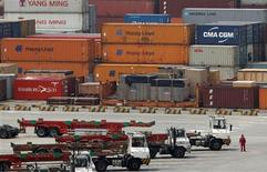 <p>Le port de Yangshan, à Shanghai. Selon une enquête Reuters menée auprès d'économistes, la Chine devrait à nouveau abaisser les montants que les banques doivent détenir en réserve de 100 points de base cette année et renforcer sa politique budgétaire pour soutenir la croissance économique, qui devrait ralentir à 7,9% au deuxième trimestre. /Photo prise le 11 mai 2012/REUTERS/Aly Song</p>