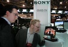 <p>Le téléviseur Sony XEL-1 OLED. Sony et Panasonic discutent de la formation d'une alliance dans la conception de téléviseurs équipés de diode électroluminescente organique, selon le quotidien financier japonais Nikkei. /Photo d'archives/REUTERS/Steve Marcus</p>