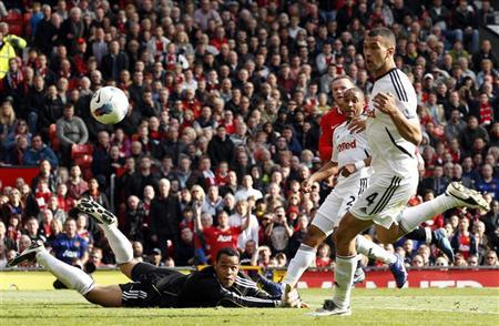 Manchester United's Wayne Rooney (back) shoots past Swansea City's Michael Vorm (L) during their English Premier League soccer match at Old Trafford in Manchester, northern England, May 6, 2012. REUTERS/Darren Staples
