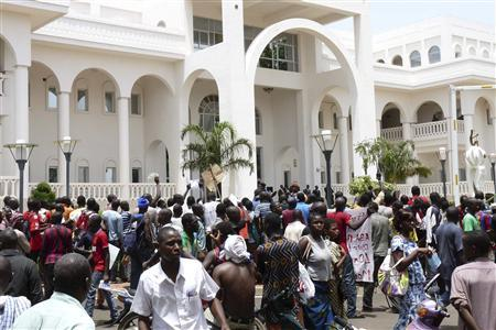 Protesters occupy Mali's presidential palace in the capital Bamako, May 21, 2012. REUTERS/Adama Diarra