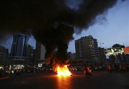 Lebanese Shi'ite Muslim protesters block a street in Beirut with burning tires, to protest the kidnapping of Lebanese Shi'ite men in the northern Syrian city of Aleppo May 22, 2012. REUTERS/Hasan Shaaban