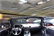 <p>Le modèle MX-5 de Mazda tel que présenté au salon automobile de Shanghai. Le constructeur japonais et l'italien Fiat ont conclu un accord de principe pour le développement et la fabrication d'un roadster, un véhicule décapotable à deux places, pour les marques Mazda et Alfa Romeo, basé sur la plate-forme de la prochaine génération du MX-5. /Photo prise le 20 avril 2009/REUTERS/Aly Song</p>