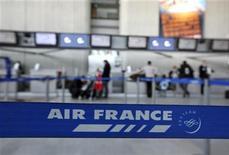 <p>Air France prévoit de regrouper ses filiales régionales Régional, Brit Air and Airlinair pour donner naissance à une seule compagnie plus autonome dont le capital serait ouvert à un investisseur, selon le quotidien La Tribune. /Photo prise le 7 février 2012/REUTERS/Eric Gaillard</p>
