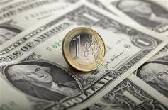 <p>L'euro est passé mercredi sous la barre de 1,26 dollar, son plus bas niveau depuis août 2010, les cambistes redoutant une sortie de la Grèce de la zone euro. /Photo d'archives/REUTERS/Kacper Pempel</p>