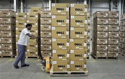 <p>Le titre Dell chutait d'environ 17% mercredi à la Bourse de New York, les investisseurs sanctionnant des résultats trimestriels moins bons que prévu et une prévision de chiffre d'affaires jugée décevante. /Photo prise le 17 août 2011/REUTERS/Babu</p>