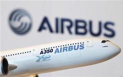 """<p>L'objectif que s'est fixé Airbus de livrer au premier semestre 2014 le premier exemplaire de son nouveau long-courrier A350 est """"serré mais il reste réalisable"""", selon le directeur du programme au sein du groupe européen. /Photo d'archives/REUTERS/Bobby Yip</p>"""