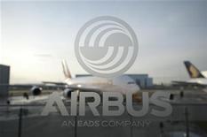 <p>Les efforts entrepris il y a plus de dix ans par Airbus pour réduire le poids de son très gros porteur A380 sont à l'origine des fissures récemment détectées sur l'appareil, explique le constructeur, une erreur qui pourrait lui coûter près de 500 millions d'euros au total. /Photo prise le 17 janvier 2012/REUTERS/Morris Mac Matzen</p>