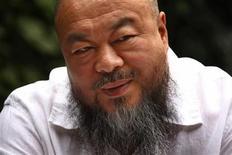 <p>El artista disidente chino Ai Wei Wei durante una entrevista en su estudio de Pekín, mayo 29 2012. El disidente más famoso de China, el artista Ai Weiwei, dijo que la dramática huida del activista ciego Chen Guanhcheng de su confinamiento inspirará a otros chinos a continuar por el camino hacia la democracia y a no vivir con miedo. REUTERS/David Gray</p>