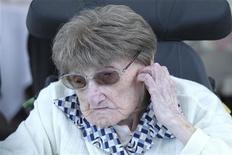 <p>La doyenne officielle des Français et des Européens, Marie-Thérèse Bardet, vient de célébrer ses 114 ans, entourée de sa famille, d'élus locaux et des salariés de la maison de retraite de Pontchâteau (Loire-Atlantique), où elle vit depuis vingt ans. /Photo prise le 2 juin 2012/REUTERS/Laetitia Notarianni</p>