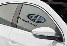 <p>Le numéro un européen de l'automobile, l'Allemand Volkswagen, a annoncé samedi une réorganisation de sa direction comprenant la création d'une direction spécifique pour la Chine et un contrôle renforcé de ses diverses marques de poids lourds. /Photo prise le 16 novembre 2011/REUTERS/Danny Moloshok</p>
