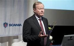 <p>Leif Östling, le PDG de Scania, qui va prochainement quitter son poste pour rejoindre la direction de Volkswagen, dit anticiper pour cette année une contraction de l'ordre de 10% du marché européen des poids lourds. /Photo prise le 1er février 2012/REUTERS/Bertil Ericson/Scanpix</p>