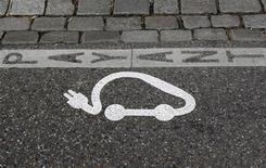 <p>Renault et Nissan vont offrir plusieurs centaines de bornes de recharge électrique pour tenter d'accélérer le déploiement sur la voie publique d'infrastructures jugées cruciales au décollage de cette nouvelle génération de voitures, reprenant ainsi à un siècle d'intervalle la célèbre méthode Michelin. /Photo d'archives/REUTERS/Vincent Kessler</p>