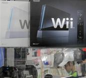 <p>Unas consolas Wii de Nintendo en una tienda de la cadena Yamada Denki en Tokio, jun 4 2012. La compañía japonesa Nintendo, el mayor fabricante de consolas de videojuegos del mundo, reveló el lunes una nueva estrategia en línea, diciendo que lanzará una red social llamada Miiverse para su más reciente versión de la Wii, la Wii U. REUTERS/Toru Hanai</p>