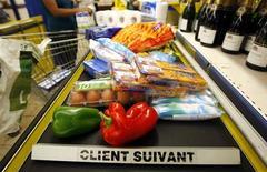 <p>Les prix à la consommation en France ont légèrement reculé en mai, de 0,1% sur un mois, montrent les statistiques publiées mercredi par l'Insee. Sur un an, l'inflation ressort à 2,0%. /Photo d'archives/REUTERS/Eric Gaillard</p>